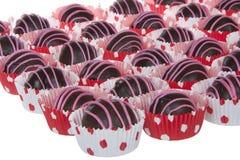 巧克力蛋糕球剥离用桃红色糖果熔化 免版税图库摄影