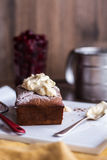 巧克力蛋糕用乳脂干酪,在白色板材的未加工的樱桃 图库摄影