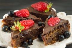 巧克力蛋糕用在上面的整个草莓 库存图片