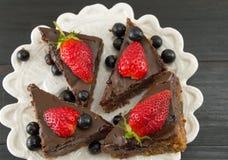 巧克力蛋糕用在上面的整个草莓 免版税图库摄影