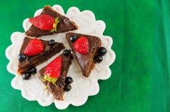 巧克力蛋糕用在上面的整个草莓 库存照片