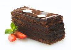 巧克力蛋糕用在白色背景的草莓 免版税库存照片