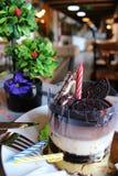 巧克力蛋糕用奶蛋烘饼和饼干在上面,洒与n 库存照片