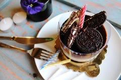 巧克力蛋糕用奶蛋烘饼和饼干在上面,洒与n 免版税库存照片
