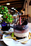 巧克力蛋糕用奶蛋烘饼和饼干在上面,洒与n 库存图片
