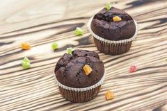 巧克力蛋糕用木表面上的脯 库存图片