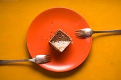 巧克力蛋糕用椰子在一块陶瓷板材切削 库存图片