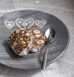 巧克力蛋糕用榛子和开心果 免版税库存图片