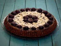 巧克力蛋糕用樱桃和杏仁 免版税库存图片