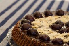 巧克力蛋糕用樱桃和杏仁 免版税库存照片
