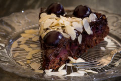 巧克力蛋糕用樱桃和杏仁 库存照片