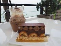 巧克力蛋糕用香蕉和可可粉水 免版税图库摄影