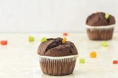 巧克力蛋糕用轻的表面上的脯 库存照片