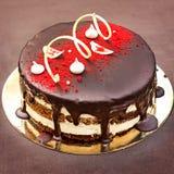 巧克力蛋糕,一个美妙地装饰的蛋糕,轻松的事 免版税库存照片