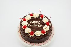 巧克力蛋糕,与生日快乐消息的巧克力软糖蛋糕 免版税图库摄影