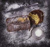 巧克力蛋糕,搽粉的糖,刀子 库存照片