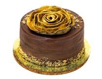 巧克力蛋糕洒与面包屑和金黄罗斯 免版税图库摄影