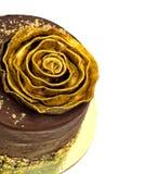 巧克力蛋糕洒与面包屑和金黄罗斯 免版税库存图片
