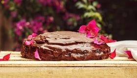 巧克力蛋糕sachertorte在庭院里 库存图片