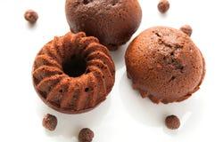 巧克力蜂蜜海绵蛋糕或松饼在白色 图库摄影