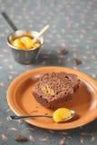 巧克力蜜桔杯形蛋糕片断  库存图片
