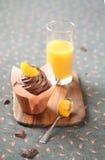 巧克力蜜桔杯形蛋糕 库存照片