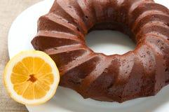 巧克力蜜糕和一半在白色的柠檬 图库摄影