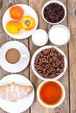 巧克力谷物剥落,咖啡、牛奶、新月形面包和果子b的 免版税库存照片