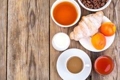 巧克力谷物剥落,咖啡、牛奶、新月形面包和果子b的 图库摄影