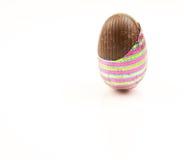 巧克力部分地被解开的复活节彩蛋 免版税图库摄影