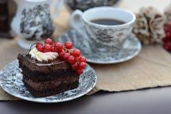 巧克力酥皮点心用新鲜水果服务与一杯咖啡 库存图片