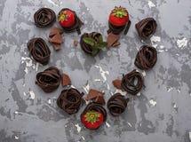 巧克力面团和草莓在心脏形状  免版税图库摄影