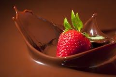 巧克力飞溅草莓 图库摄影
