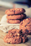 巧克力饼干曲奇饼 在白色亚麻布餐巾的巧克力曲奇饼在木桌上 免版税图库摄影