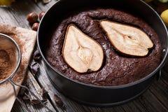巧克力饼蛋糕与梨秋天甜果仁巧克力传统圣诞节假日烘烤了酥皮点心 免版税库存图片