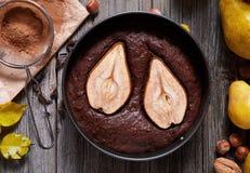 巧克力饼蛋糕与梨秋天自创传统圣诞节假日烘烤了酥皮点心乳脂软糖点心 库存图片