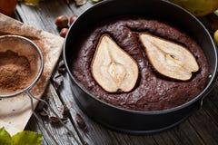 巧克力饼蛋糕与梨秋天自创甜果仁巧克力传统圣诞节假日烘烤了酥皮点心 库存图片