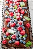 巧克力馅饼用新鲜的莓果 库存照片