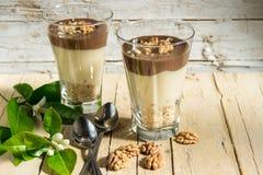 巧克力香草布丁用在玻璃的核桃 库存图片