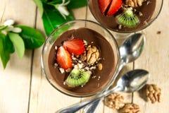 巧克力香草布丁用草莓和核桃在玻璃 库存照片
