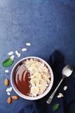 巧克力香蕉杏仁椰子在石背景顶视图的圆滑的人碗 健康早餐或点心 平的位置 免版税图库摄影
