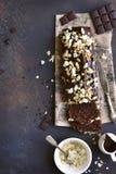 巧克力香蕉蛋糕用杏仁 顶视图 免版税库存图片