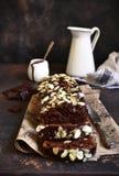 巧克力香蕉蛋糕用杏仁 库存图片