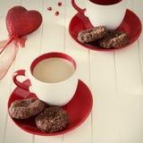 巧克力麦甜饼和杯子牛奶茶 背景蓝色框概念概念性日礼品重点查出珠宝信函生活纤管红色仍然被塑造的华伦泰 免版税库存照片