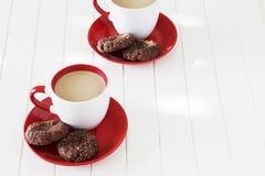 巧克力麦甜饼和杯子牛奶茶 背景蓝色框概念概念性日礼品重点查出珠宝信函生活纤管红色仍然被塑造的华伦泰 图库摄影