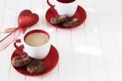 巧克力麦甜饼和杯子牛奶茶 背景蓝色框概念概念性日礼品重点查出珠宝信函生活纤管红色仍然被塑造的华伦泰 库存照片