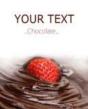 巧克力黑暗的蘸的熔化的草莓 免版税图库摄影