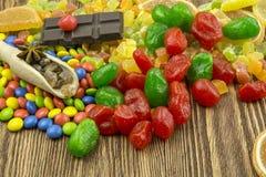 巧克力,五颜六色的糖果,糖煮的石灰,在一木backgro的谎言 免版税库存图片
