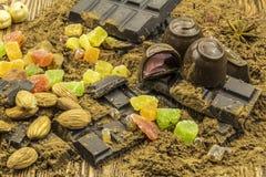 巧克力,五颜六色的糖果,糖煮的石灰,在一木backgro的谎言 库存照片