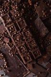 巧克力,咖啡豆 并且可可粉 巧克力块片 黑暗的巧克力背景 一个大巧克力 图库摄影